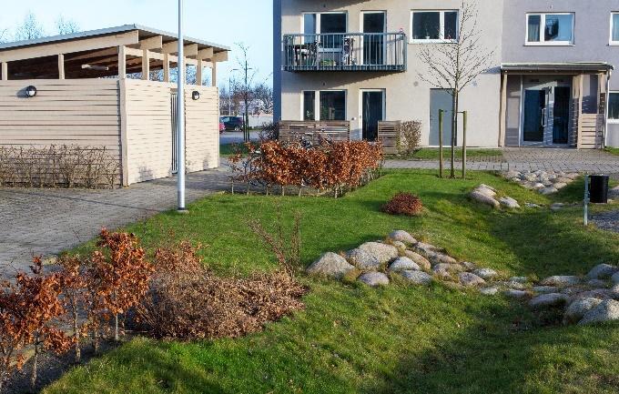 Trädgård framför flerfamiljshus