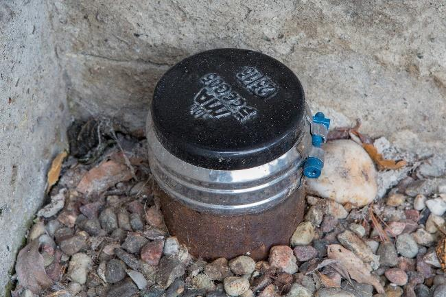 Kapat stuprör med plastlock bredvid husvägg