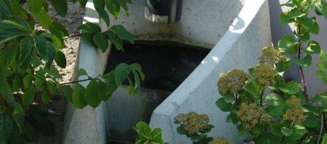 stuprör som leder vattnet till en överbyggd ränna i marken