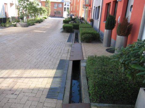kanal i marken längs ett flerfamiljshus