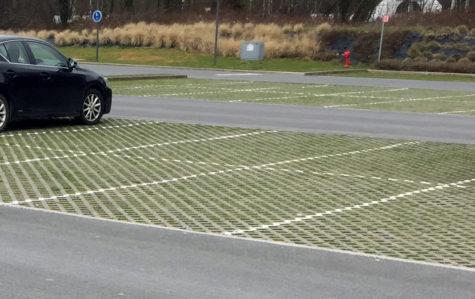 parkeringsplats med grönt emellan markstenen